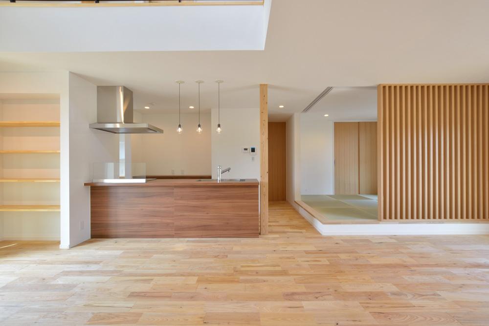 小上がりの和室とリビングが美しく調和。 境目の格子使いが凛としたアクセント