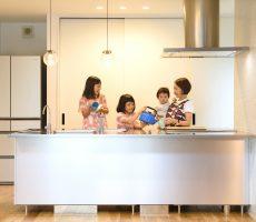 家族5人ですっきり暮らす。知恵と工夫が息づく家