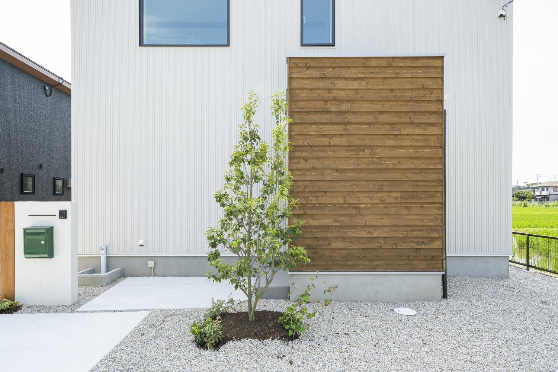 ホワイトの外観に木がアクセントのナチュラルな四角いお家、注文住宅Simple Box02