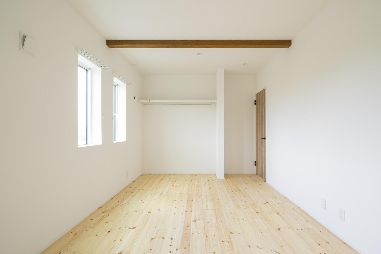 ホワイトの外観に木がアクセントのナチュラルな四角いお家、注文住宅Simple Box18