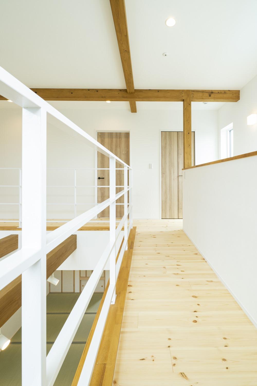 ホワイトの外観に木がアクセントのナチュラルな四角いお家、注文住宅Simple Box17