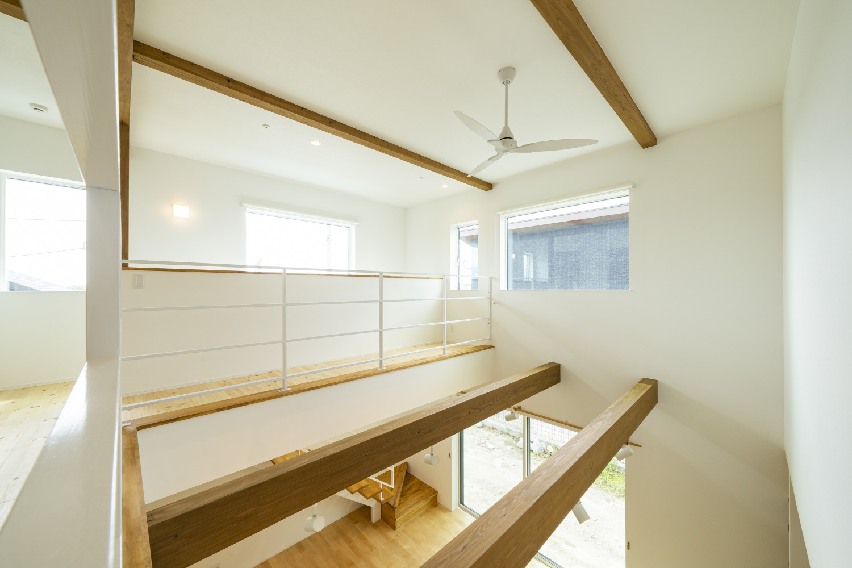 ホワイトの外観に木がアクセントのナチュラルな四角いお家、注文住宅Simple Box16