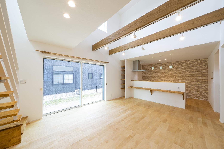ホワイトの外観に木がアクセントのナチュラルな四角いお家、注文住宅Simple Box07