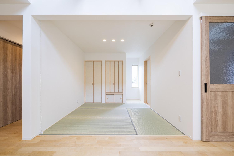 ホワイトの外観に木がアクセントのナチュラルな四角いお家、注文住宅Simple Box11