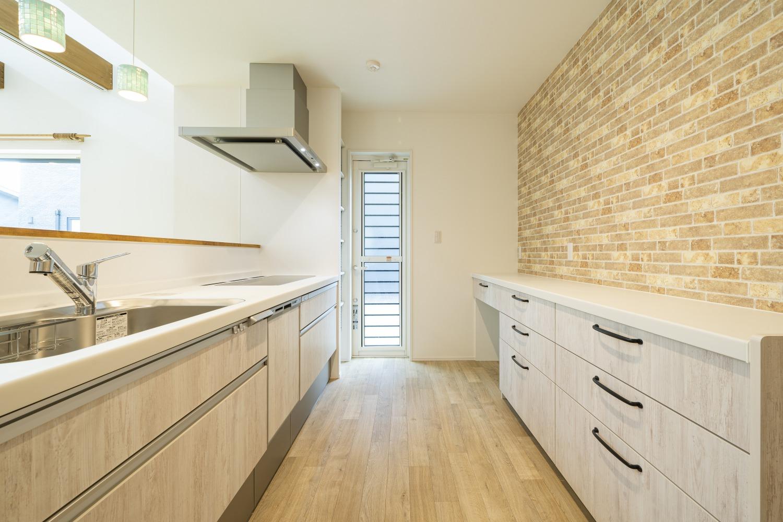 ホワイトの外観に木がアクセントのナチュラルな四角いお家、注文住宅Simple Box09