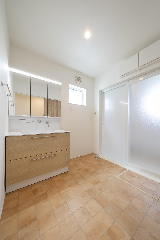 ホワイトの外観に木がアクセントのナチュラルな四角いお家、注文住宅Simple Box14