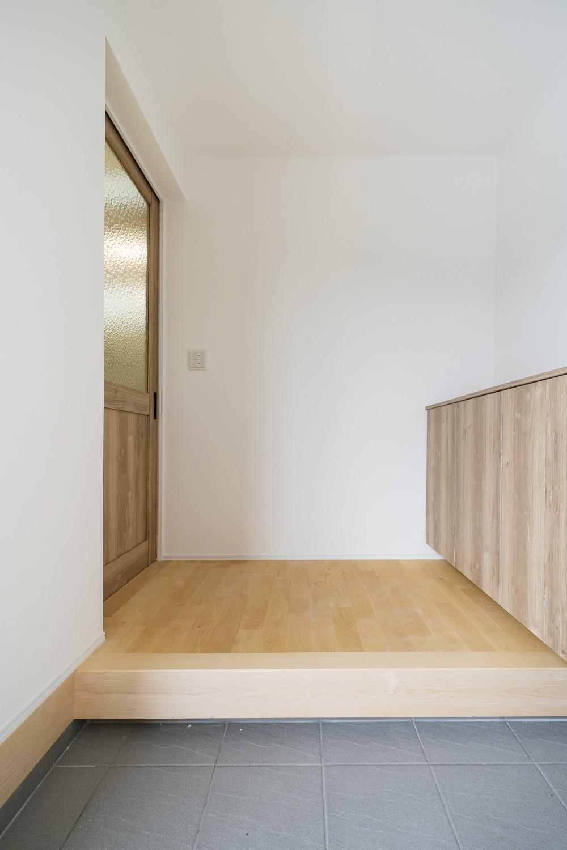 ホワイトの外観に木がアクセントのナチュラルな四角いお家、注文住宅Simple Box05