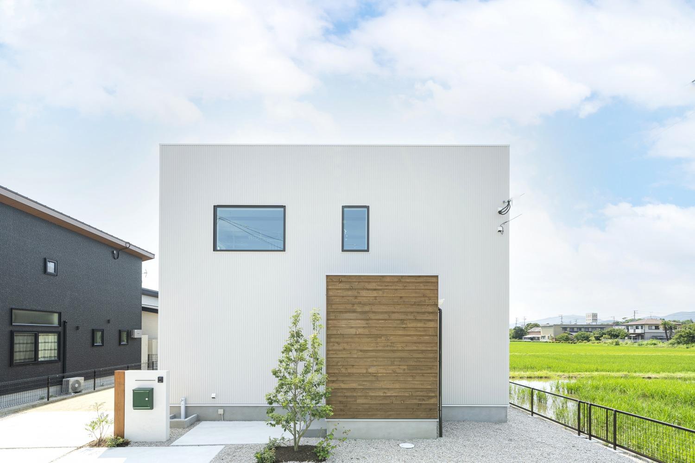 ホワイトの外観に木がアクセントのナチュラルな四角いお家、注文住宅Simple Box01